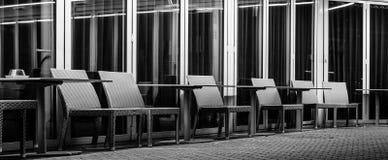 空的咖啡馆大阳台在晚上 库存图片