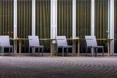 空的咖啡馆大阳台在晚上 免版税库存图片