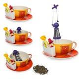 空的咖啡,有紫色银色infuser的茶杯以链子的一个女孩的形式 在糖果和两甜点,溢出的茶的存贮 免版税库存图片