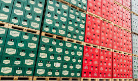 空的啤酒瓶在啤酒厂存贮全部的组装aranged 免版税库存照片