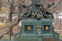 空的喷泉在雪阵期间的公园里 库存图片