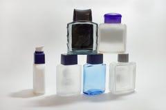 空的在刮脸以后的瓶化妆水和胶凝体Piramid  免版税库存照片