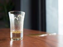 空的在桌上溢出的玻璃和汁液 图库摄影