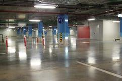 空的地下停车库内部在公寓或在一口 免版税图库摄影
