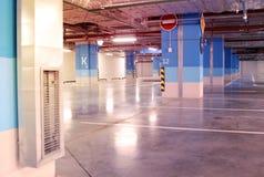 空的地下停车库内部在公寓或在一口 图库摄影