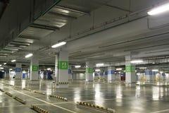 空的地下停车库内部在公寓或在一口 免版税库存照片