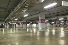 空的地下停车库内部在公寓或在一口 库存图片