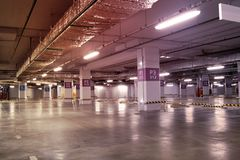 空的地下停车库内部在公寓或在一口 库存照片