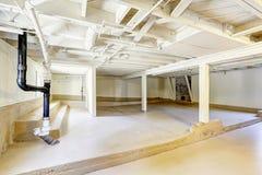 空的地下室在美国房子里 免版税库存图片