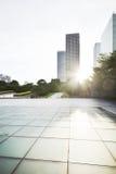 空的城市广场和摩天大楼 免版税库存图片