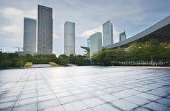 空的城市广场和摩天大楼 免版税图库摄影