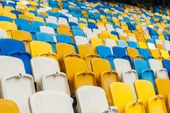 空的塑料位子在一个footbal或足球场内 2016体育背景 免版税库存照片