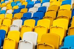 空的塑料位子在一个footbal或足球场内 2016体育背景 库存照片