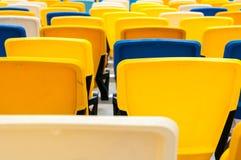 空的塑料位子在一个footbal或足球场内 2016体育背景 免版税库存图片