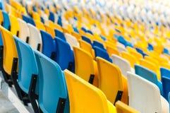空的塑料位子在一个footbal或足球场内 2016体育背景 库存图片