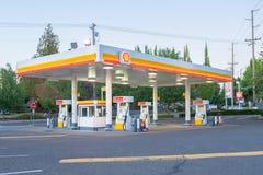 空的壳加油站在晚上 免版税库存照片