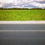 空的夏天高速公路,与草的路旁 库存照片
