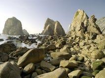 空的多岩石的海滩 图库摄影