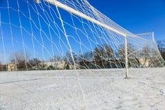 空的多雪的soccerball领域 免版税库存图片