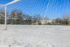空的多雪的soccerball领域 库存图片