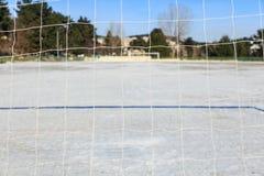 空的多雪的soccerball领域 免版税库存照片