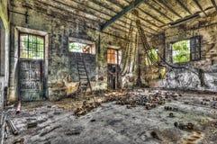 空的大厅在一家被放弃的编织的工厂 库存图片