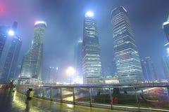 空的大理石地板路有现代城市建筑学背景 免版税图库摄影