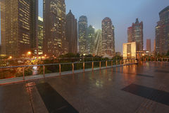 空的大理石地板路有现代城市建筑学背景 免版税库存图片