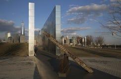 空的天空:泽西市在日落的9/11纪念品显示从W的铁射线 T C 新泽西,美国 免版税库存照片