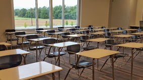 空的学校书桌在教室 免版税库存图片