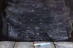 空的学校黑板和木桌 免版税库存照片