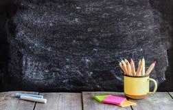 空的学校黑板和木桌 库存照片