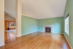 空的客厅内部在一个新建工程房子里 库存照片