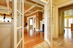 空的客厅的看法从走廊的 免版税库存照片