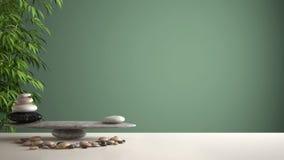 空的室内设计风水概念禅宗想法、白色桌或者架子与小卵石平衡和绿色竹子,在绿色背景 免版税库存图片