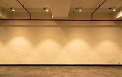 空的室和白色墙壁有聚光灯的 被阐明的灯光 与天花板灯光和五颜六色的墙壁的室内部 免版税图库摄影