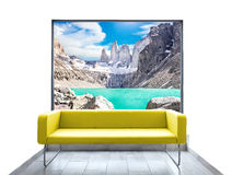 空的室有黄色沙发和山景通过窗口 免版税库存照片