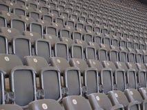 空的就座行在观众席或竞技场 免版税库存图片