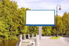 空的广告牌在绿色城市 库存照片