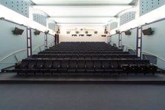 空的戏院大厅,从屏幕的看法。 免版税库存图片