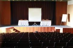 空的戏院或剧院有投射的 免版税库存照片