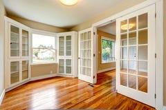 空的房子内部 入口走廊和办公室室看法  免版税图库摄影