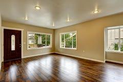 空的房子内部 有新的硬木flo的宽敞客厅 免版税库存图片