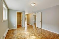 空的房子内部 有步行的卧室在壁橱 免版税库存图片