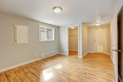 空的房子内部 有步行的卧室在壁橱 免版税库存照片
