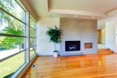 空的房子内部 有的砖墙的玻璃墙客厅 免版税库存图片