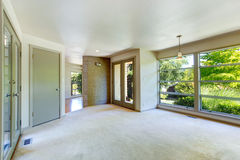 空的房子内部 有玻璃墙的客厅 库存照片