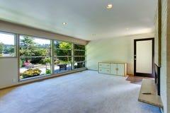 空的房子内部 玻璃墙客厅 免版税库存图片