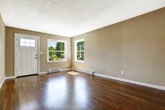 空的房子内部 硬木地板和米黄墙壁 免版税库存照片