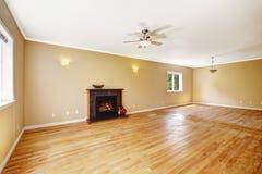 空的房子 有壁炉的客厅 免版税图库摄影